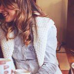 Ex hat neue Freundin und flirtet mit ihr im Cafe
