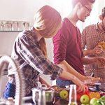 Partner kann auf gemeinsamer Kochparty nicht mit Freunden und steht als Außenseiter am Küchenblock