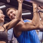 Frau und Mann machen Sport und gehen gemeinsamem Hobby in der Beziehung nach