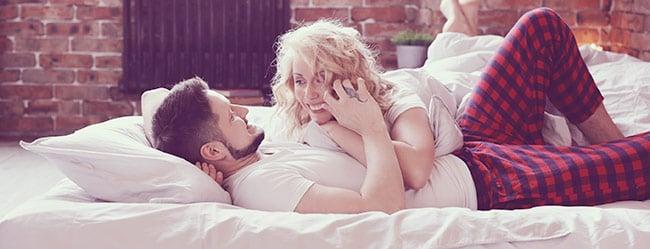 Freundschaft plus: Frau und Mann liegen beieinanderFreundschaft plus: Frau und Mann liegen beieinander