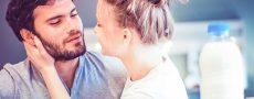 Emanzipation des Mannes: Frau küsst Mann