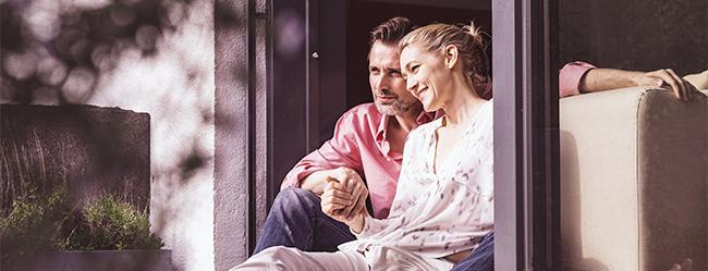 Frau sitzt mit idealem Partner zusammen am Fenster