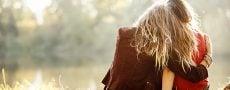 Beste Freundin verliebt: Zwei Frauen umarmen sich