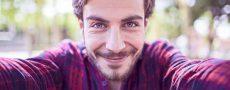 Wie verlieben sich Maenner: Mann schaut in die Kamera