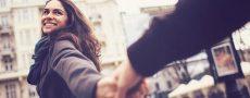 Frau hält Mann an der Hand und zeigt dass Sie Interesse hat