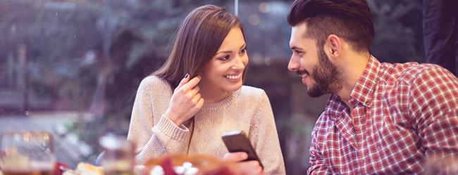 Single Frau und Single Mann haben Schweigen beim Date im Café gebrochen