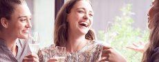 3 Frauen stoßen gemeinsam auf Single Geburtstag der Freundin an, damit Sie nicht alleine feiert