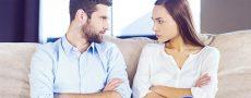 Paar erkennt störendes Verhalten in deren Beziehung und sitzt sich wütend gegenüber