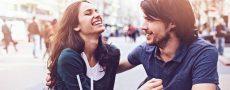 Flirtsignale zwischen Mann und Frau in der Fußgängerzone