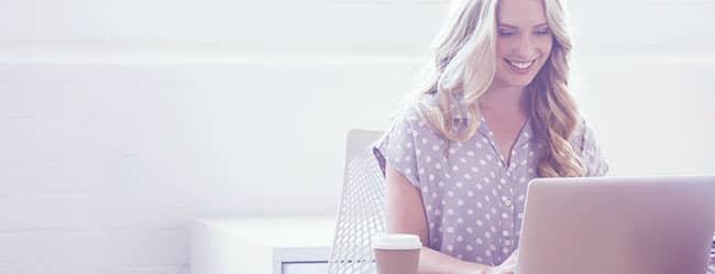 Frau am Laptop verfasst Online Dating Anschreiben