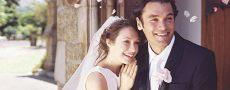 Brautpaar schaut glücklich in die Zukunft und ist gespannt was sich in Zukunft ändern wird
