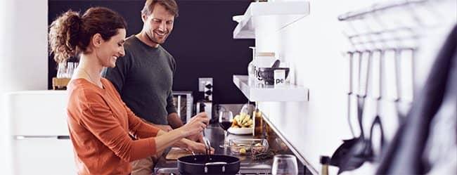 Frau und Mann kochen gemeinsam - haben ein Date zu Hause