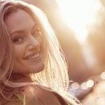 Frau flirtet glücklich in Kamera, nachdem Sie den Flirt-Test gemacht hat