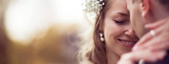 Partnerwahl: Frau umarmt ihren passenden Partner und lächelt zufrieden
