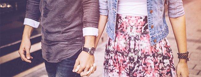 Mann nimmt Frau an die Hand und läuft mit ihr durch die Stadt als Symbolbild dafür dass Männer mehr Kompromisse eingehen