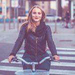Single-Frau auf ihrem Fahrrad in der Stadt zum Neuanfang nach Trennung