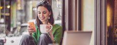 Frau am Handy beschäftigt sich mit ElitePartner Persönlichkeitstest