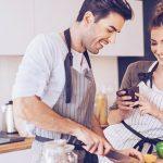 Frau macht Ihrem Mann die passenden Komplimente beim Kochen