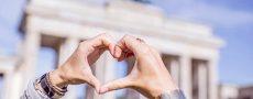 Liebes Atlas 2017 symbolisiert durch ein mit der Hand geformtes Herz vor dem Brandenburger Tor