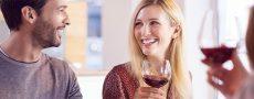 Mann versucht Frau zu erobern, indem er ihr beim Weinabend tief in die Augen schaut