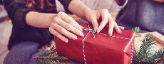 Frau packt Weihnachtsgeschenk für ihren Partner ein und hat darauf geachtet nichts Falsches zu kaufen