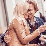 Mann umarmt Frau als Anzeichen für ein gutes Date