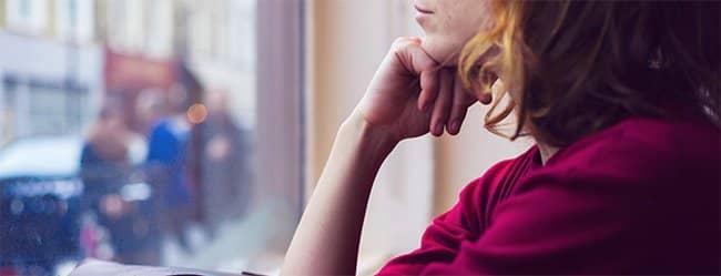 Frau ist nachdenklich und überlegt, ob Sie einen Bindungsangst Test machen soll