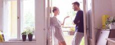 Mann und Frau stehen in Tür und wollen Eifersucht bekämpfen