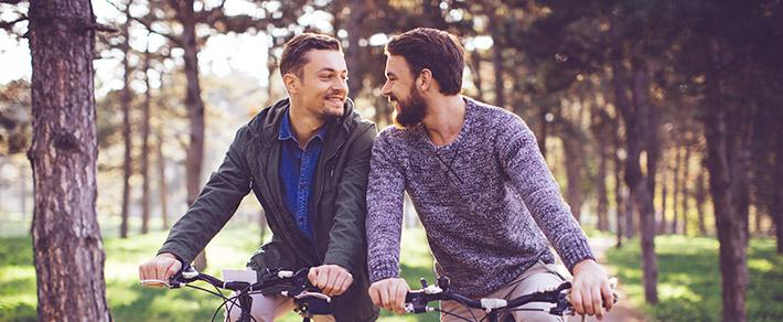 """Zwei Männer auf dem Rad haben sich durch """"er sucht ihn"""" gefunden"""