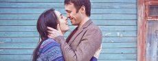 Frau und Mann umarmen sich und haben eine Fernbeziehung