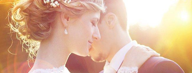 Bräutigam umarmt seine Braut und weiß dass sie die richtige ist