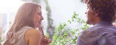 Frau schaut Mann an und unterliegt Liebessucht