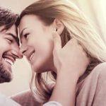 Er zieht sie lächelnd zu sich, weil sie den Mann glücklich macht.