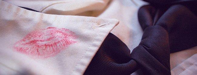 Mann geht fremd: Visualisiert durch die Nahaufnahme eines Hemdkragens mit Kussabdruck von Frauenlippenstift