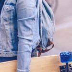 Mann mit Skateboard als Symbol für das Peter Pan Syndrom