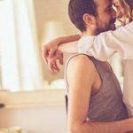 Mann und Frau umarmen sich als Zeichen für sexuelle Anziehung