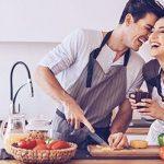 Paar hat Spaß beim Kochen und belegen, wie Ernährung die Beziehung beeinflusst