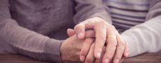 Man und frau Frau halten sich die Hand - sie wollen treu bleiben