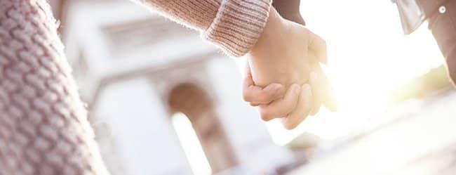 Frau und Mann halten Händchen als Symbol für Unterschied zwischen Männer und Frauen