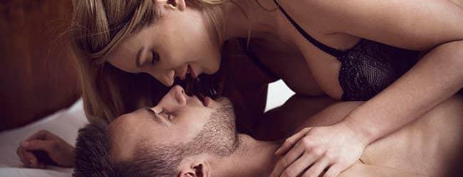 Frau liegt auf Mann als Zeichen für Untreue
