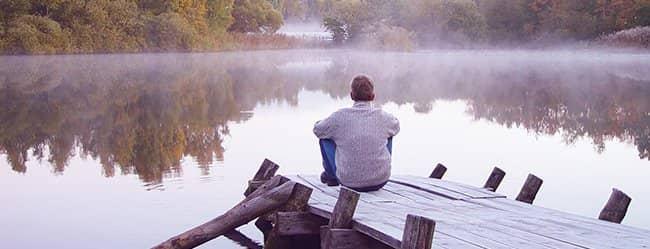 Mann sitzt am Steg und hat Verlustangst