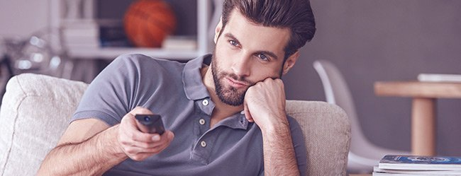 """Mann schaut nachdenklich und fragt sich: """"Warum ignorieren Männer Frauen, die sie mögen?"""""""