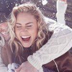 Mann umarmt Frau von hinten bei Schneeballschlacht - wenn aus Freundschaft Liebe wird