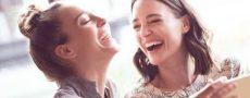 Wie wirke ich auf andere: Zwei Frauen lachen gemeinsam