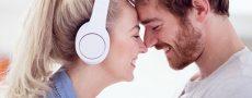 Stirn an Stirn gelehnt und glücklich ist Frau, dass Sie einen Partner gefunden hat