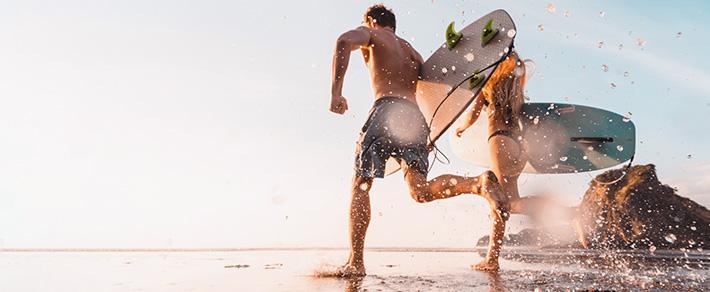 Mann mit Surfboard als Symobl für Partnersuche in Australien