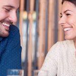 Frau und Mann verlegen im Cafe sind gegenseitig hin und weg von ihren attraktiven Fähigkeiten