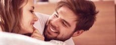 Frau und Mann liegen im Bett beieinander und sind unsicher ob Beziehung am Ende ist