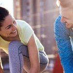 Frau und Mann gemeinsam beim Sport - er ist verliebt in vergebene Frau