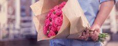 Mann mit Blumenstrauß hinter seinem Rücken als Symbolbild für das heutige Verhalten beim Date